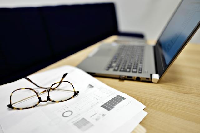 ノートパソコンと眼鏡