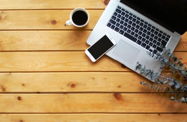 ノートパソコンとコーヒー・スマホ