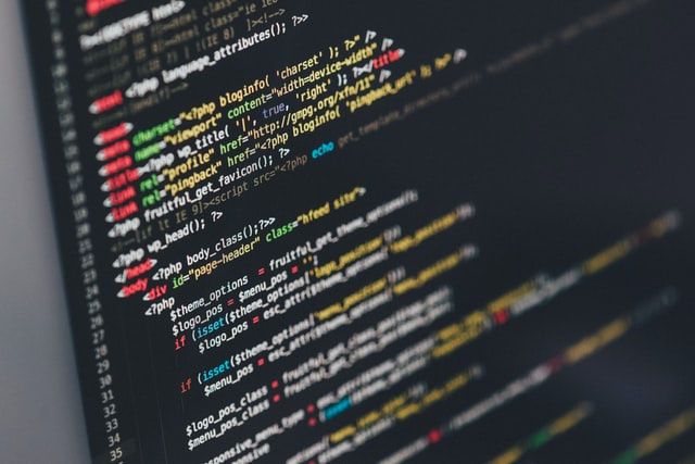 プログラミングを行っているパソコン