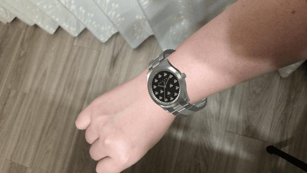 GUCCHIのアプリ内で腕時計の試着